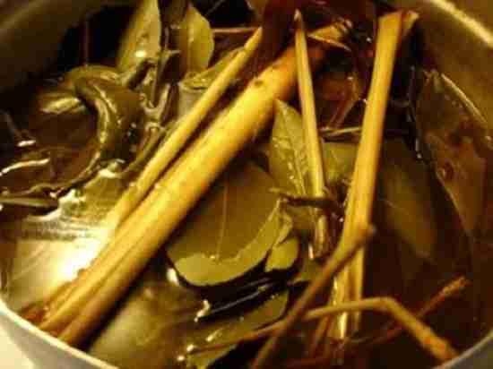 Nồi lá xông hơi giải cảm thường được dùng ở làng quê