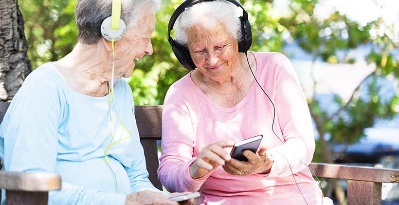 Người già nghe nhạc