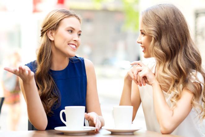 Phụ nữ trò chuyện