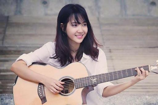 Con gái chơi đàn