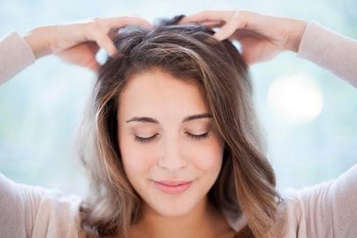 Massage da đầu giúp tóc phát triển tốt hơn