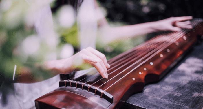 Gảy đàn cầm