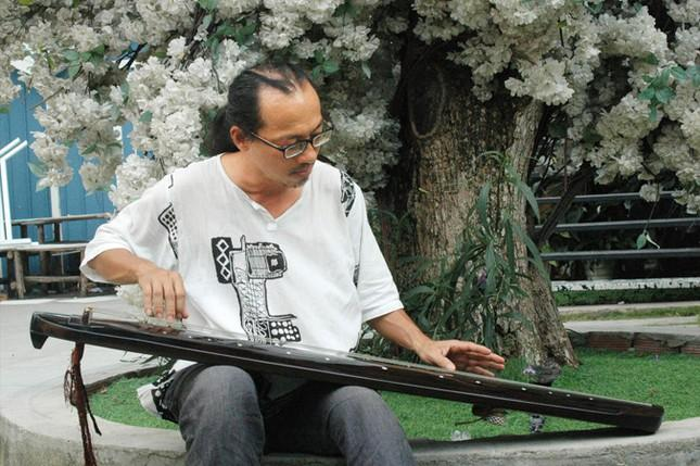 Nhà nghiên cứu Hà Vũ Trọng bên cạnh cổ cầm
