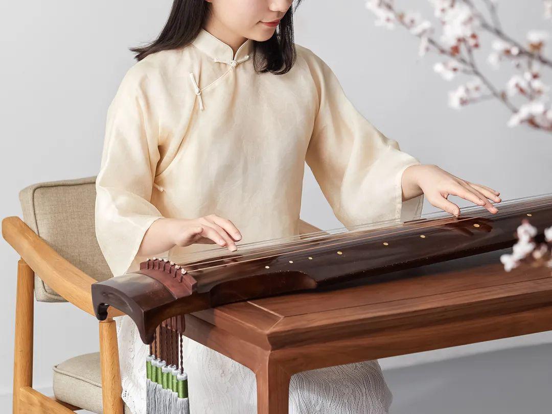 Thiếu nữ chơi cổ cầm